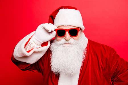 Koele grappige speelse ondeugende toerist santa grootvader, gek rond, houdt zijn trendy specs, zo zelfverzekerd