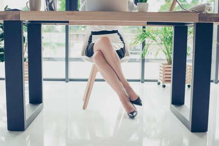 閉じる切り取られた写真の暗い丘は高い靴、スカート、エレガントな見事なビジネス女性の魅力的な脚を彼女は現代オフィス、トレンディな椅子と 写真素材