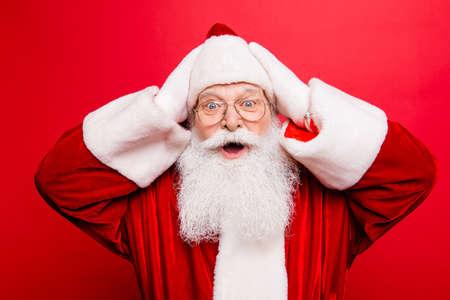 Rabatt, Marketing, Verkauf, Geschenke, Aktionszeit! Holly Jolly x mas ist bald! Sei bereit, bereite dich vor! Geschenke für Kinder! Überraschter Sankt Nikolaus in der roten traditionellen Ausstattung, Hauptabnutzung, lokalisiert auf rotem Hintergrund Standard-Bild - 87791108