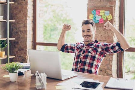 うん!やりました!若いヒップスターフリーランサー起業家の夢が叶いました。彼は非常に興奮している、驚いた、ショックを受け、スマートカジュアルを身に着けている、オフィスで祝う 写真素材 - 87791145