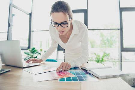 Occupation créative, prise de décision. Gros plan d'une femme architecte, portant des lunettes noires à la mode, une tenue vestimentaire formelle, choisissant les couleurs du nouveau projet, regardant le pantone et montrant du doigt Banque d'images - 89868311