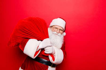 Holly jolly x mas miracles noel festifs et temps magique! Drôle de père Noël en chapellerie, costume, ceinture noire, gants blancs apporte beaucoup de cadeaux pour les enfants, prêt, prêt, vente promotion concept Banque d'images - 88129883