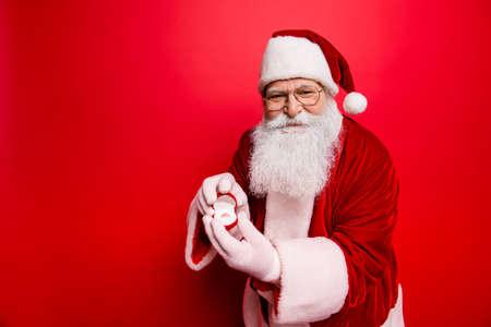 ロマンス、愛、マジック、x マス、ノエル、結婚、提案、夢、希望、冬、幸福、12 月ジュエリー コンセプト。ボックスの腕で赤の伝統的な衣装、帽子の陽気な高齢者サンタ 写真素材 - 88196243