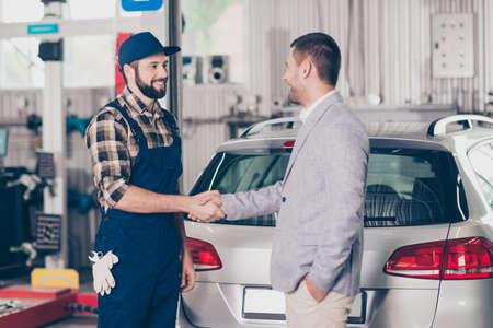 車の故障、保険、エンジニア リング、検査条件をチェック、概念を修復します。整備士は、彼の財産の近くの上品なスーツ振動腕で満足している実