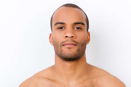 Hygiène, vitalité, beauté, concept de vie des hommes. Gros plan portrait d'afro jeune mec nu avec chaume isolé sur fond blanc pur, dur et viril