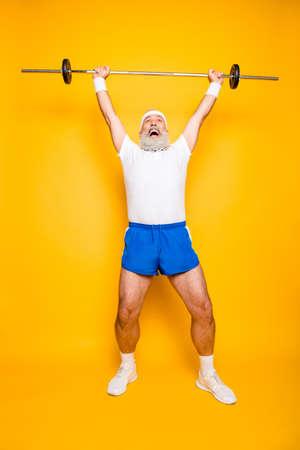 自信を持ってクールな面白い非常識な感情的なアクティブなおじいちゃん勝利勝利顔をしかめると運動トレーニング、保持装置の完全な長さを持ち 写真素材
