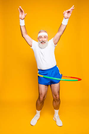 Émotionnel cool joyeux excité fou drôle dupe gymnaste joueuse grand-père avec grimace comique, exercices pour la figure en forme. Soins du corps, passe-temps, perte de poids, processus de jeu