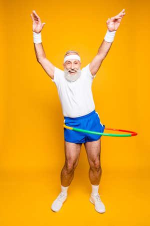 Motionnel cool joyeux excité fou drôle dupe gymnaste joueuse grand-père avec grimace comique, exercices pour la figure en forme. Soins du corps, passe-temps, perte de poids, processus de jeu Banque d'images - 88218109
