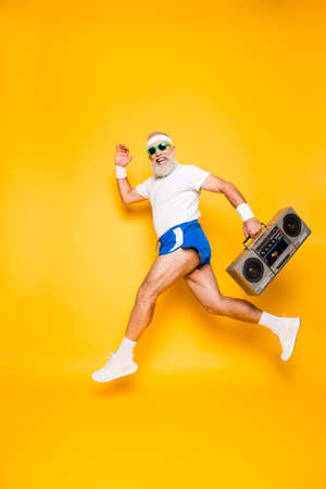Dromerige vrolijke opgewonden sportieve leeftijd grappige sexy opa in brillen met recorder in de hand. Old school, swag, fuling qround, gym, technologie, succes, hiphop, chill, feest, vrije tijd Stockfoto - 88218127