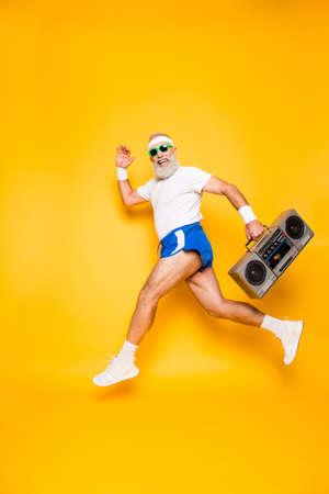 Rêveur joyeux excité sportif âgé drôle drôle grand-papa dans les lunettes avec enregistreur à la main. Old school, swag, tromper qround, gym, technologie, succès, hip hop, chill, fête, loisirs