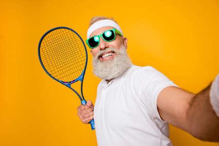 Grand-père cool émotionnel compétitif avec humour grimace exerçant des équipements de maintien, photo de tir. Soins du corps, soins de santé, perte de poids, jeu, entraîneur, champion, style de vie funky