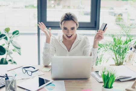 너무 쉽게! 공식적인 마모에 흥분된 비즈니스 아가씨는 인터넷에서 온라인 쇼핑을하고있다. 그녀는 편안하고 물건을 쉽게 사고, 좋은 wrk 장소, 그녀의  스톡 콘텐츠