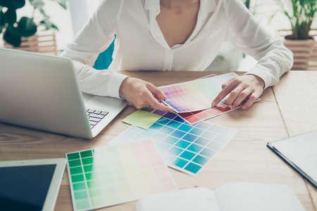 Occupation créative, prise de décision. Gros plan recadrée de l'architecte femme, en choisissant les couleurs pour un nouveau projet, en regardant le pantone, en vêtements de cérémonie, assis à la table en bois Banque d'images - 88580830