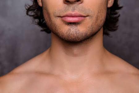 Schließen Sie herauf geernteten Schuss nackten heißen Kerls `s Borste, Kinn, hat die perfekte Haut und das Haar, lokalisiert auf grauem Hintergrund. Friseurladen, Bartschnitt, Rasieren und Styling-Konzept Standard-Bild