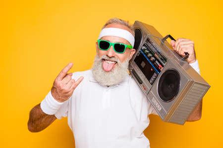 Enthousiaste excité âgé drôle d'athlète sexy active grand-père retraité cool en lunettes de soleil avec enregistreur de basses de ghetto blaster. Old school, swag, coller de la langue, duper, gym, entraînement, technologie Banque d'images - 89873192