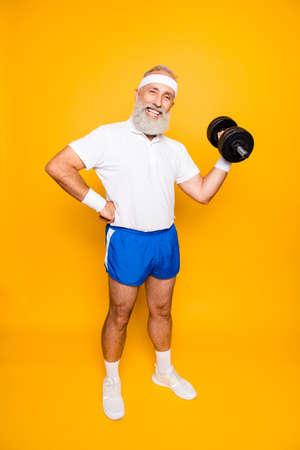 Volle lengte van coole gekke krankzinnige emotionele actieve opa met win grimas, oefenen, trainen, uitrusting vasthouden, optillen, sexy shorts dragen, sneakers, zo lekker!
