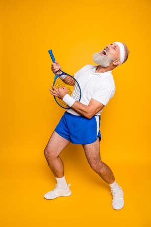 스포츠 장비에 록 음악을 연습하는 섹시한 감정적 인 차가운 연금 수령 할아버지의 전체 길이는 포즈를 취하고 소리와 외침을 선다. 몸 배려, 취미, 체