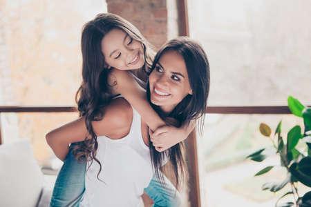Nós estamos brincando, o tempo mais legal juntos! Feliz, encantador, mãe, é, segurando, filha, ligado, dela, costas Foto de archivo