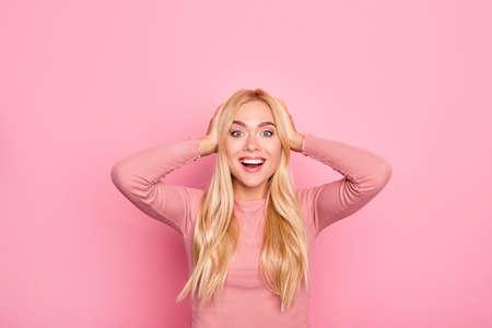 행복 한 흥분된 젊은 놀된 사랑스러운 예쁜 여자 분홍색 옷에 놀라게했다. 그녀는 그녀의 눈을 믿을 수 없어서 그녀의 머리를 만지고있다. 생생한 핑크