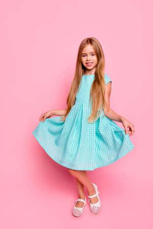 Full-length, full-size verticaal portret van mooie schattige mooie dromerige ontspannen charmante kleine dame in lichtblauwe jurk