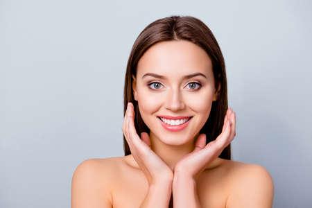 優れた肌と輝く笑顔を持つかわいい楽しいかわいい若い女性のクローズアップポートレート