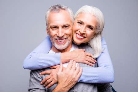 Schließen Sie herauf Porträt von glücklichen aufgeregten älteren Paaren, sie umfassen und lächeln, sie lieben sich