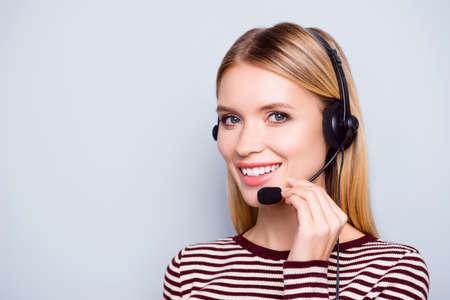 Temos o melhor serviço e estamos prontos para ajudá-lo imediatamente! Feche acima do retrato do operador de polido inteligente alegre feliz do call center, isolado no fundo cinza Foto de archivo