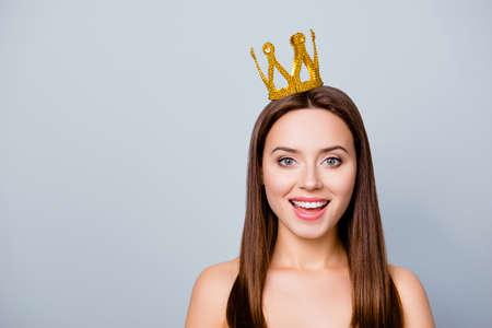 俺はナンバーワンだ!彼女の頭の上に王冠を持つかわいいかわいい若い幸せな女性のクローズアップ写真,灰色の背景に隔離された, コピースペース 写真素材