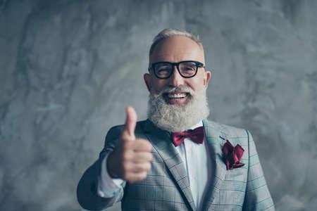 よくやりましたね!明るい男の肖像画は、コンクリートの背景に隔離された理髪店を訪問することをお勧めポケットエレガントなスタイリッシュなトレンディでバーガンディハンカチを着てシャープな歯の笑顔を持つ 写真素材 - 93601604