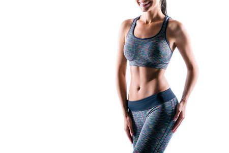 Retrato recortado de feliz emocionado hermoso sexy figurado deportivo perfecto cuerpo de mujer vistiendo ropa deportiva conjunto, aislado sobre fondo blanco, copyspace