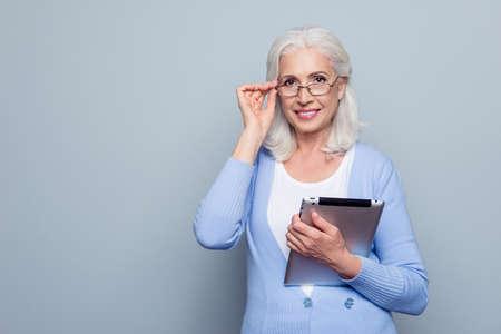 かわいい、肯定的な、顔にメガネのメガネのアイレットを持つビーミング笑顔のコピースペースを持つ肖像画は、カメラを見て、灰色の背景の上に立っています 写真素材 - 95427351