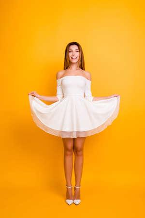 花嫁の誕生日スタイリッシュなモダンなモデル14-2月のスキニーボディシェイプフィギュア人の人のコンセプト。ドレス孤立した背景の底を保持する