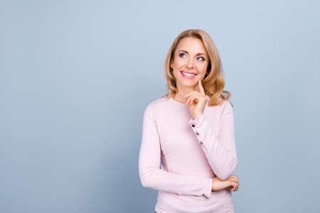 Portret met lege ruimte voor reclame, product van mooie, charmante, aardige vrouw