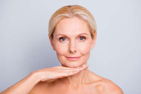 Śliczna, atrakcyjna, czarująca, kobieta demonstruje, pokazuje, prezentuje swoją idealną skórę po peelingu