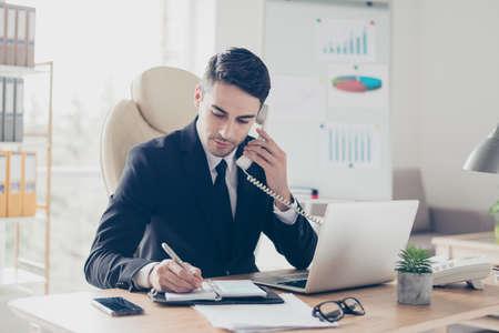 Porträt des fokussierten überzeugten konzentrierten intelligenten intelligenten beschäftigten sachverständigen Fachassistenten, der den Kunden Empfehlungsrat gibt Standard-Bild