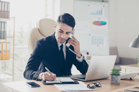 Portrait de concentré confiant concentré intelligent intelligent intelligent occupé expert assistant spécialisé donnant des conseils aux clients Banque d'images
