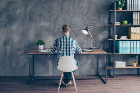 Vue arrière photo de beau concentré concentré intelligent intelligent nerd intelligent réfléchissant esprit pensif comptable assis à la table dans un poste de travail léger composition d'écriture Banque d'images