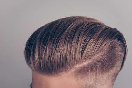Sluit omhoog bebouwde bovenkant boven meningsfoto van moderne ideale schone perfecte duidelijke overweldigende knappe blonde blonde hairdress die op grijze achtergrond wordt geïsoleerd