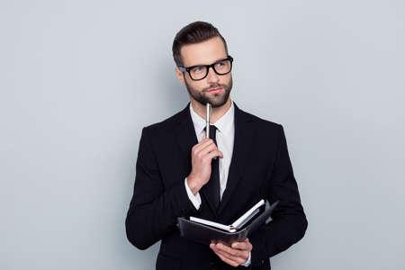 Écrivain penseur auteur journaliste essai concept. Portrait de pensif intelligent intelligent intelligent inspiré beau employé imagerie écriture nouveau projet isolé sur fond gris copy-space