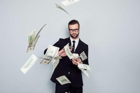 Bankier winst loterij jackpot douche afval chique chique stijlvol rijke stapel dealer deal duur gooien duur concept. Trotse arrogante lastige knappe kerel die geld geïsoleerde achtergrond deelt