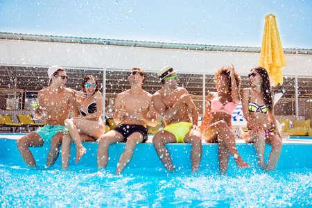 人们爱的恋人们多迪斯科喝酒喝酒模特泳衣躺椅舌草spa娱乐身体哥们的概念。性感,英俊,漂亮,无忧无虑,不安分,派对狂欢者,说话,调情