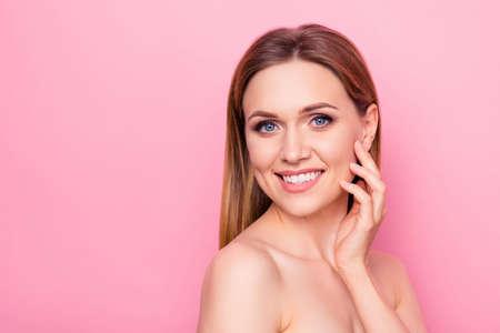 Korekta ciesz się świeżym liftingiem twarzy model wellness wellbeing zastosuj rozmaz kobiecy, dziewczęcy koncept. Bliska portret pięknej atrakcyjnej pani dotykając policzka palcami na białym tle kopia przestrzeń Zdjęcie Seryjne