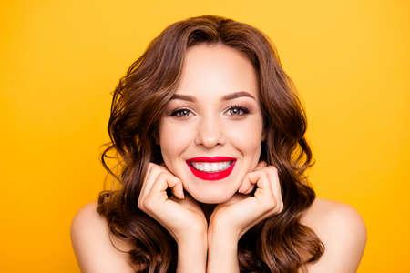 Closeup portrait de jolie fille élégante avec des dents blanches droites coiffure moderne isolé sur fond jaune démontrent un maquillage parfait pour l'anniversaire de vacances de l'événement