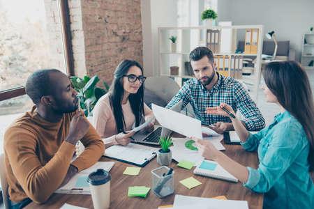 Seminario instrucción mostrar idea ofrecer papeleo jeans éxito líder profesional liderazgo superior conversación reunión organización concepto cuatro gerentes pensativos inteligentes inteligentes desarrollando un nuevo plan de acción