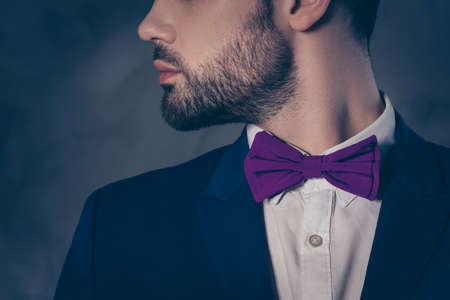 perfil lateral retrato de vista lateral primer plano extremo de hombre barbudo brutal en vestido azul con camisa de encaje negro . aislado en el fondo gris . estilo de accesorios de moda concepto de amor Foto de archivo