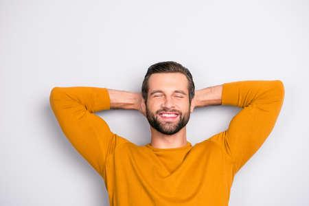 Schließen Sie herauf Porträt des gutaussehenden bärtigen fröhlichen freudigen aufgeregten erstaunten Kerls mit dem geschlossenen strahlenden Lächeln der geschlossenen Augen, das auf das Wochenende isoliert auf grauem Hintergrund wartet