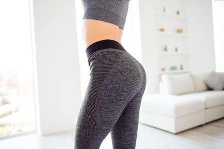 Perdita di peso benessere mangiare nutrizione vitalità concetto. Ritagliata vista ravvicinata foto di sportivo allettante sportivo bella attraente bella rotonda indossando leggings pantaloni stretti grigi