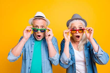 Erfolg gewinnen Gewinner Sieg Gesichtsausdruck Hipster-Konzept. Schließen Sie herauf Fotoporträt von zwei aufgeregten erstaunten verängstigten schönen gutaussehenden Leuten, die isolierten Hintergrund der Brille berühren
