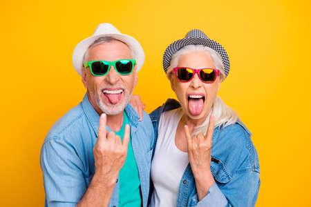 Meine Eltern sind verrückt! Musikliebhaber Rockfans Konzept Jugendkonzept. Schließen Sie herauf Fotoporträt des aufgeregten funky lustigen komischen fröhlichen Kerls und der Dame, die herausstecken Zunge heraus Zeichen lokalisierten hellen Hintergrund machen