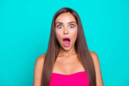 Close up studio photo portrait de jolie fantaisie tendance moderne charmant mignon avec la bouche ouverte femme avec une longue coiffure droite isolée sur fond bleu clair